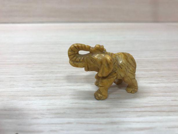 Słoń wyrzeźbiony w jaspisie na szczęście jaspis dobra energia, spokój