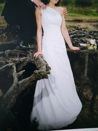 Suknia ślubna na jedno ramię.