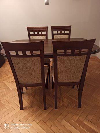 Stół i 4 krzesła.