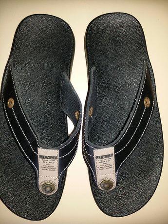 Sandália ideal para praia.