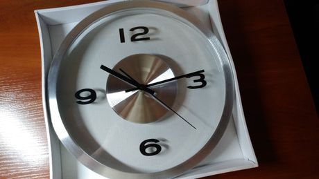 Продаю стильний настінний годинник