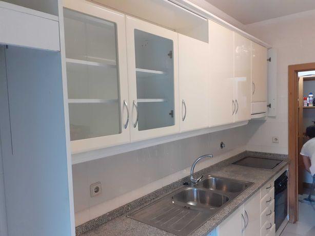 Cozinha usada com electrodomésticos