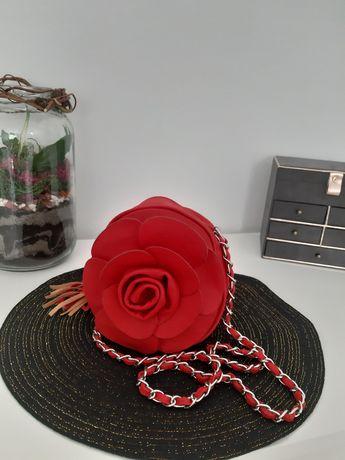 Czerwona torebka w kształcie róży