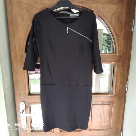 Czarna sukienka z ozdobnym zamkiem
