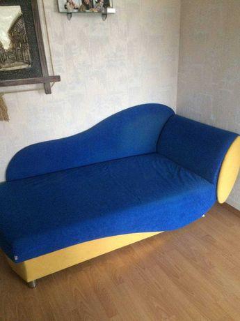 Детский диван бывший в употреблении с нишей для белья.