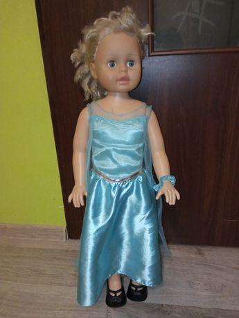 Duża lalka w ładnej sukience