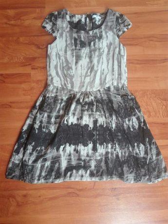 Przewiewna sukienka o modnym wzorze