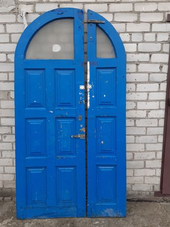 Двери  деревянные,входные, двухстворчатые