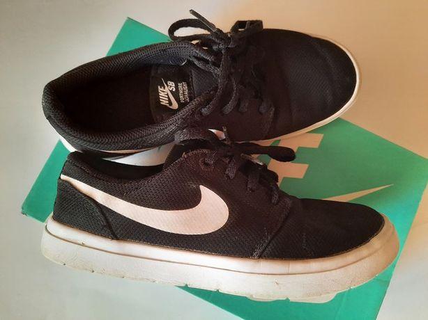 Nike - czarne lekkie trampki 36