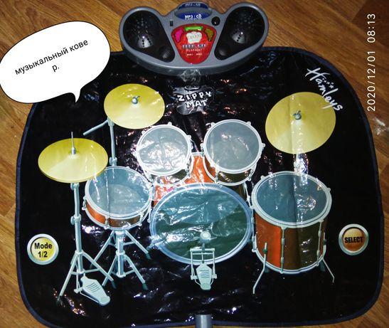 Музыкальный ковер с барабанами и мелодиями.