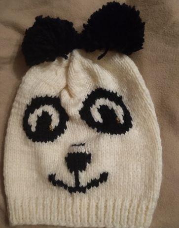 Wesoła czapka z pomponami wykonana ręcznie na drutach