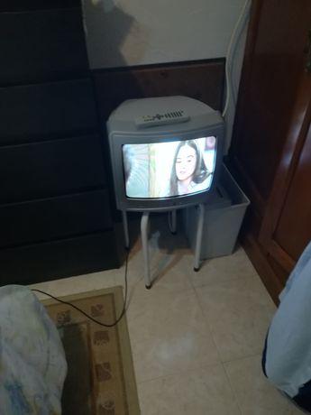 Televisão antiga com comando