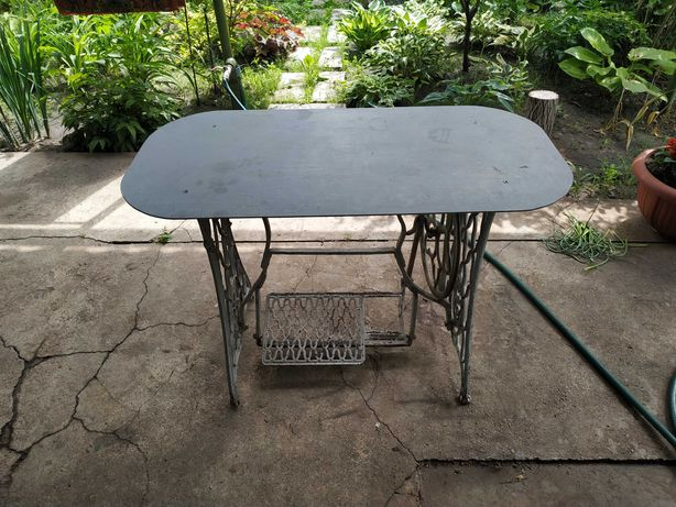 Металлический столик из швейной машинки