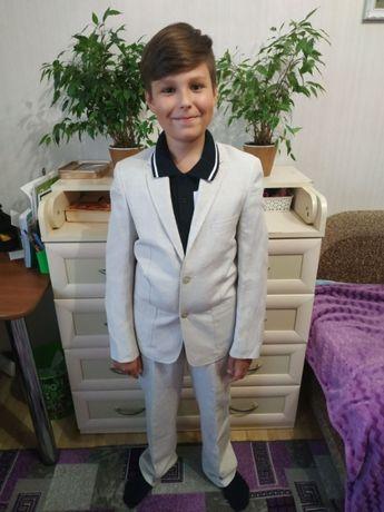 Легкий нарядный костюм на 10 лет. Новый.