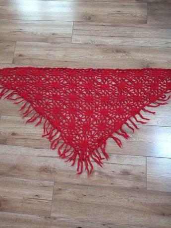 Czerwona ażurowa chusta