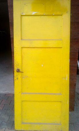Stare cięzkie drewniane drzwi 80