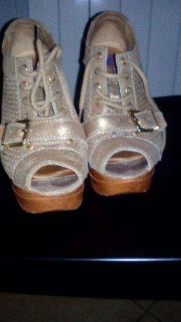 Sapatos abertos à frente com muito pouco uso