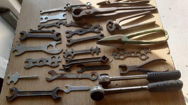 Stare narzędzia , klucze, nozyce, grzechotki, obcegi.