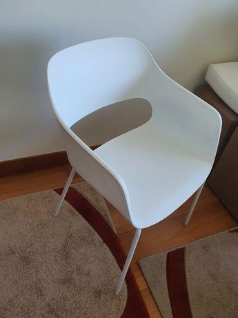 Cadeira branca com plástico rígido (4 pés)