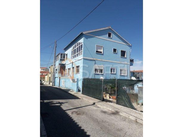 Prédio com 7 apartamentos T3 + 5 T2 + T0 + Pátio e garagem