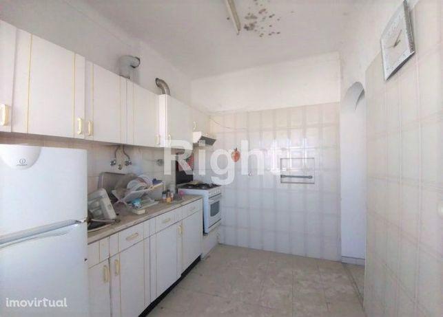 Apartamento T2 para recuperar em Almada