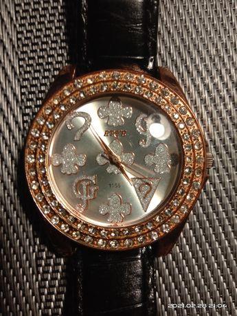 Часы женские смотрятся богатенько.
