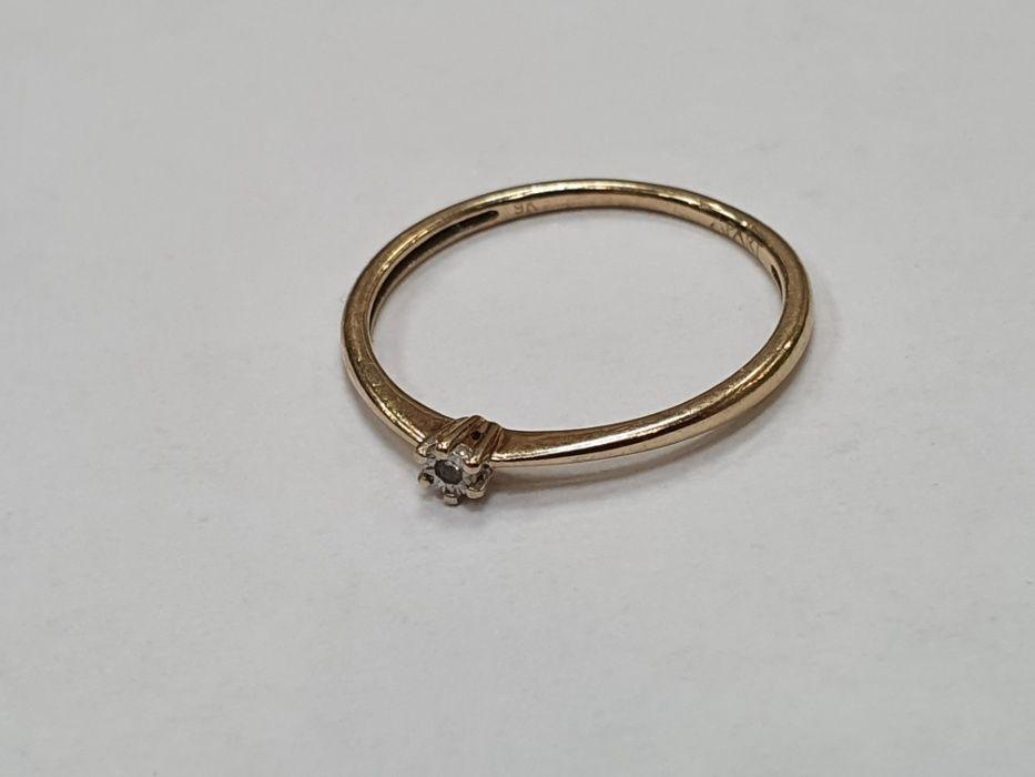 Delikatny złoty pierścionek/ Apart/ Brylant/ Złoto 375/ 0.76g/ R11 Gdynia - image 1