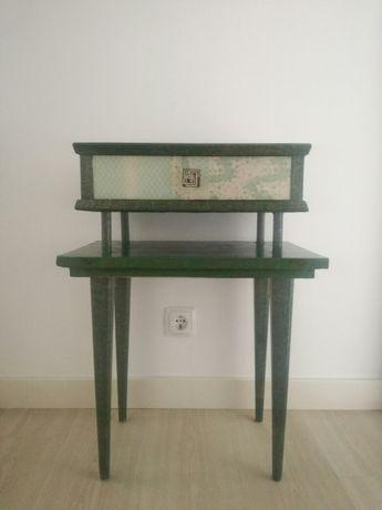 Mesinha de apoio / cabeceira vintage forrada com papel