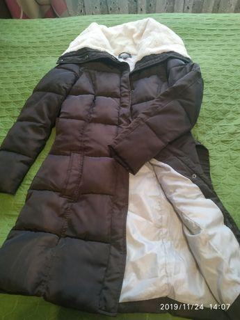 Płaszcz pikowany firmy Reporter z jasnym kołnierzem