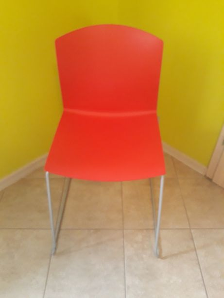 Krzesła plastikowe, chromowe.
