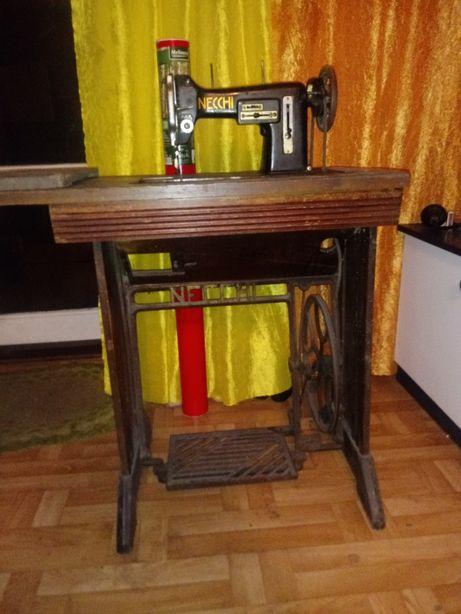 Zabytkowa maszyna do szycia NECCHI ze stolkiem