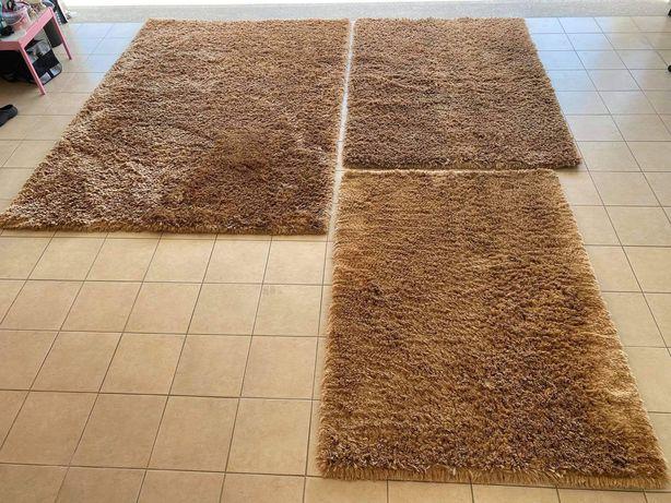 Conjunto de três carpetes de pelo alto