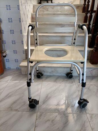 Cadeira de banho com rodas como nova