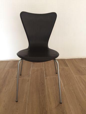 Cadeiras castanhas