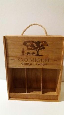 Duas caixa de madeira para garrafas de vinho
