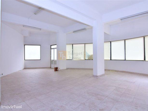 Loja de 144 m2 com montra e 3 lugares de estacionamento l...