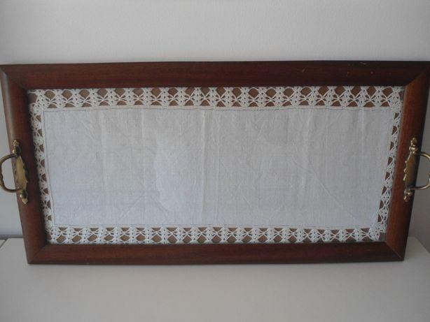 Tabuleiro em madeira e vidro com 67x35