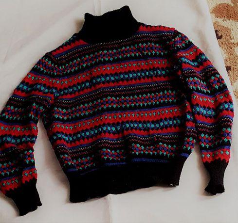 Kolorowy sweter z golfem