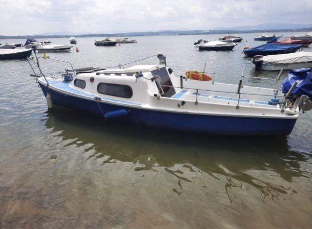 Łódź łódka kabinowa dla wędkarza z silnikiem i przyczepa