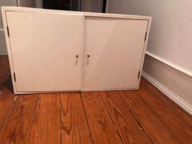 Pequeno armário de madeira para contador de eletricidade