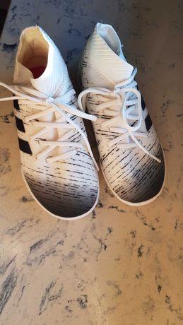 Buty sportowe Adidas r.29 dla mlodego pilkarza.