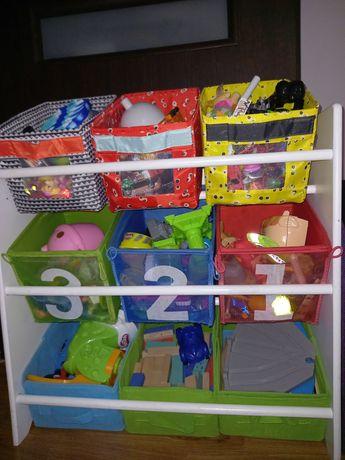 Regał z pudełkami na zabawki