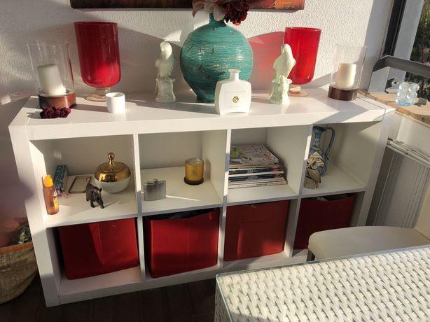 Mobiliario de jardim ou varanda: uma mesa ,duas cadeiras, uma estante