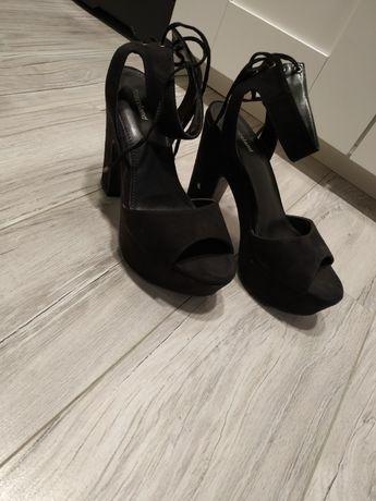 Buty zamszowe na obcasie