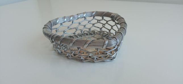 Taça de metal em forma de coração.