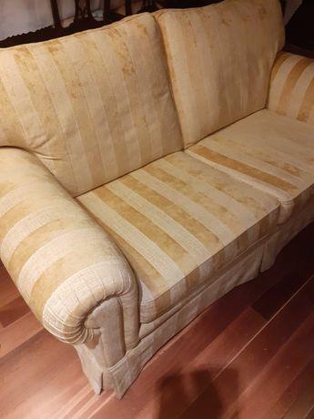 Dois sofás três lugares tecido semi aveludado tons de amarelo torrado.