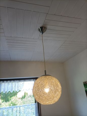 Lampa w kształcie kuli.