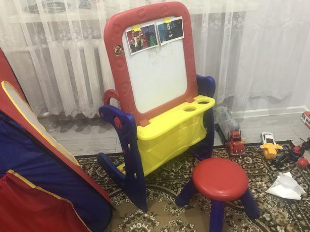 Дитячий столик- мольберт