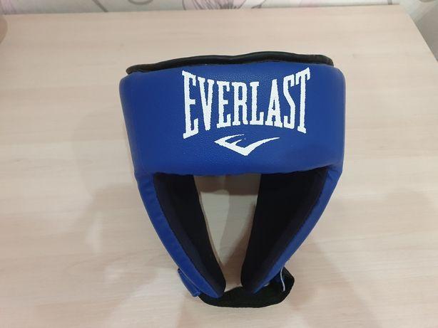 боксёрский шлем с перчатками