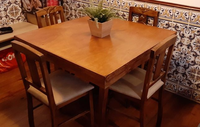 Mesa em madeira com cadeiras estofadas